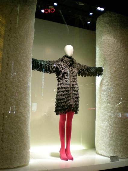 一组日本冬季服装的橱窗设计