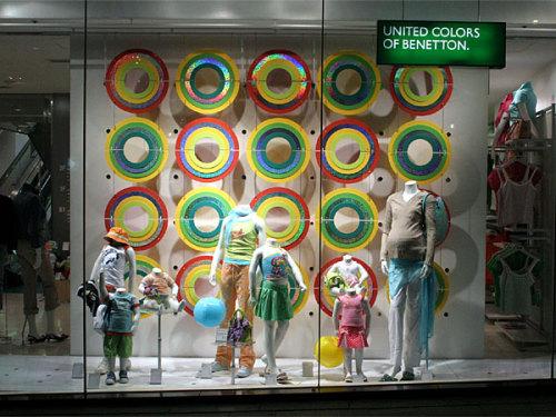 一组童装橱窗陈列图片