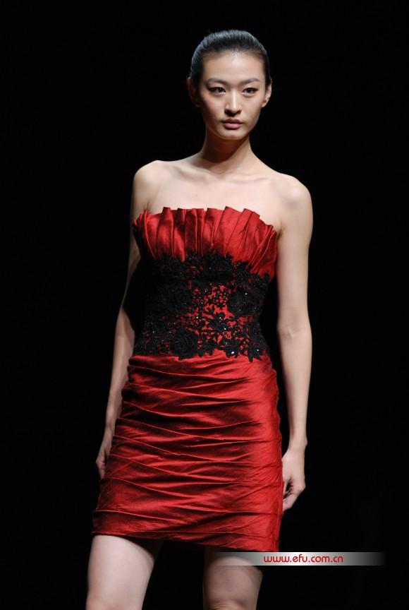 赵亚坤,中国服装设计师协会艺术委员会委员,成立潮州简绎服饰有限