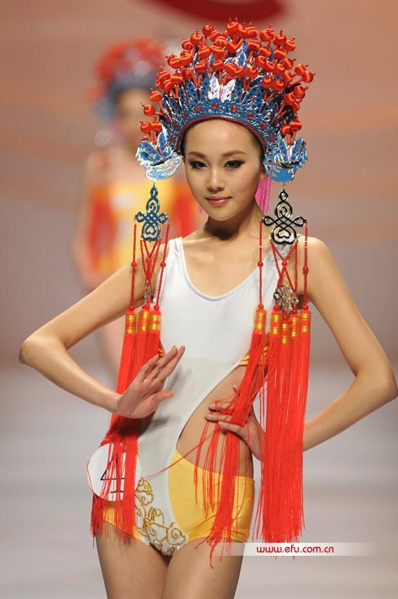 3月28日,浩沙杯第七届中国泳装设计大赛总决赛在北京饭店举行。全中国最受关注的泳装设计探寻之旅历时半年,结出丰硕果实。本届大赛共收到来自全国22个地区654份设计作品。最终入围决赛的22位选手带着他们的作品,展示精妙的构思和创意,参加金、银、铜奖的角逐。   据悉,浩沙杯中国泳装设计大赛是由中国服装设计师协会携手浩沙集团共同打造的中国泳装行业最高级别设计比赛,从2003年至今,已成功举办了六届。为中国泳装行业挖掘了众多年轻设计师,得到业内名设计师、专业院校教授,以及国际时尚人士的关注和追捧,成为