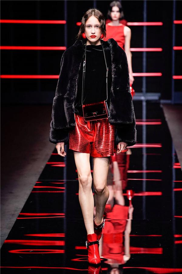 红黑色彩的碰撞,诠释自由女性的魅力!Giorgio Armani 2019秋冬米兰时装秀