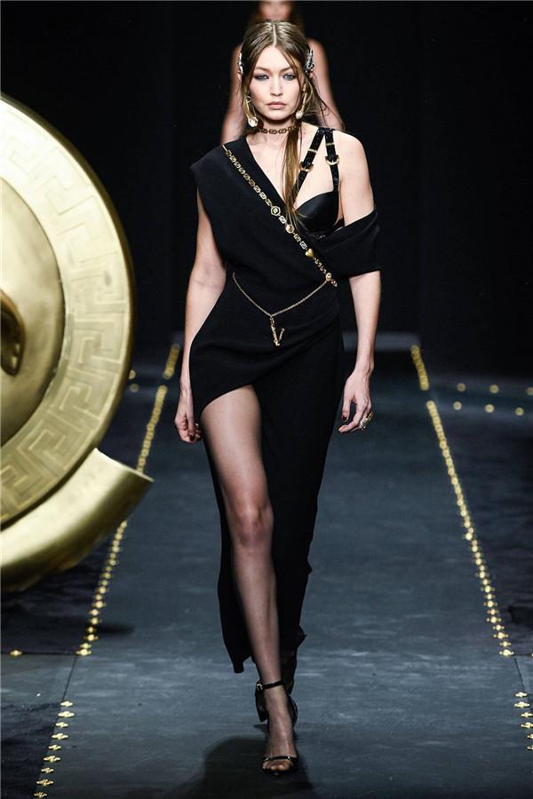 这款金色别针或将成为爆款!Versace 2019秋冬系列回归90年代