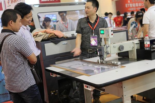 2012第三届中国(郑州)国际缝制设备、面辅料展览会于2012年5月29日落下帷幕,为期三天的展览吸引了大批参观商,而此次我公司主营产品909数控多功能模板缝纫机首次亮相郑州展会,得到了业界的充分肯定,吸引了大批的参观商驻足观看演示。
