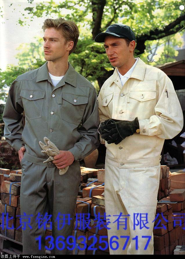 北京铭伊服装厂创办于2003年,成立于2006年。专业从事服装的设计、生产、加工和定做各种时装、工作服、男女套装、西服、衬衣、夹克、领带、帽子、保安服、保洁服、工程服、促销服、运动服、美容服、护士服、防扩服、T恤、文化衫、广告衫等特种工服。占地面积2000平米左右,公司员工140多人,技术、管理和业务人员30多人,曾为国内外多家公司制作过工服,例如:北京饭店东门华鑫荣直营店、五洲大酒店、美联天地建材城、奥特朗、好佳益、欧陆佳地板、吉利家具、三洋、长城润滑油、东芝电脑、惠普电脑、天地纵横物流、新世纪建材、中
