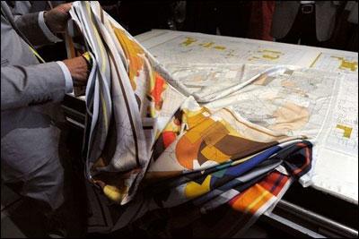 揭秘爱马仕丝巾制作过程 需30个步骤生产数量是个谜