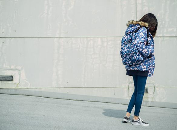 今年冬天,Vans即将推出冬季印花(Winter Prints)系列。不同纹案的全印花设计将应用于全系列的服装、配件以及鞋款产品当中。该系列选用了骷髅雪花、星空印花、霓虹夜景以及迷离印花四种设计。男女款外套、书包、货车帽以及经典鞋款Sk8-Hi Reissue与Old Skool都体现了冬季印花的特色。其中,霓虹夜景的印花主题推出男女同款的设计。据悉,该系列于11月1日上市,喜欢的朋友不妨多加留意。