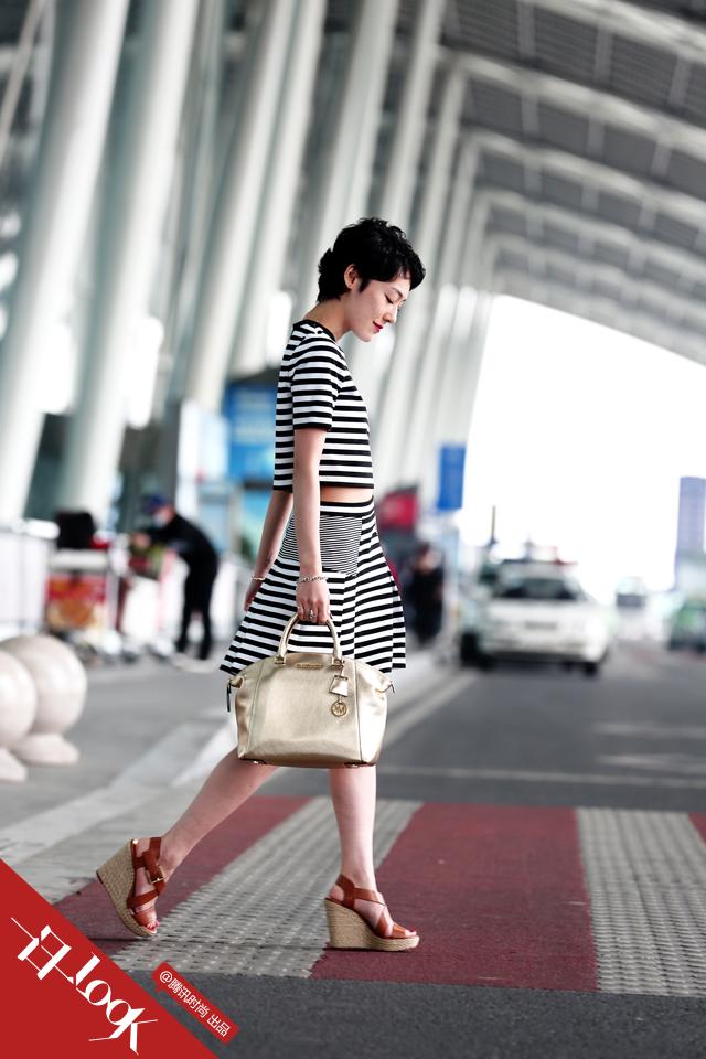 赤坂沙世短款条纹装显瘦 呈现法式风情0.png