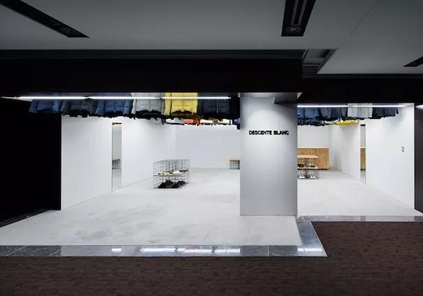 厉害了!东京的这家店把衣服挂到了天花板上(图2)