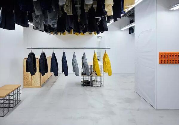 厉害了!东京的这家店把衣服挂到了天花板上(图3)
