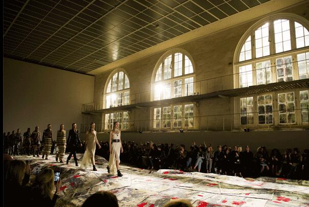 Alexander McQueen 2017春夏巴黎时装秀(图1)