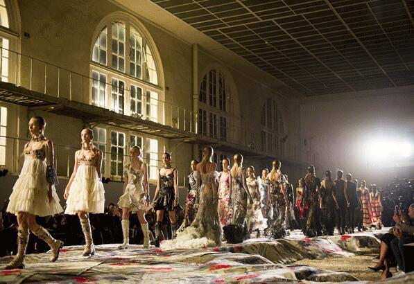 Alexander McQueen 2017春夏巴黎时装秀(图2)