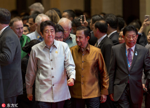 各国领导人着传统服装出席东盟峰会晚宴(组图)2.jpg