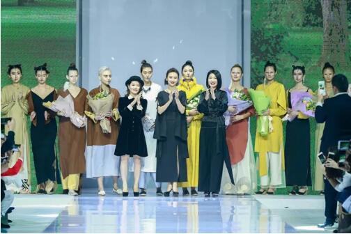 冻龄女神翁虹亮相日播·傅素琴中国国际时装周专场发布0.jpg