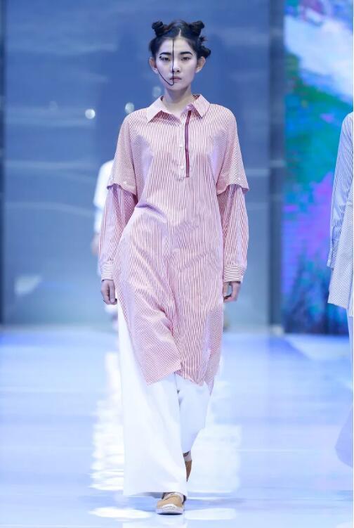 冻龄女神翁虹亮相日播·傅素琴中国国际时装周专场发布3.jpg