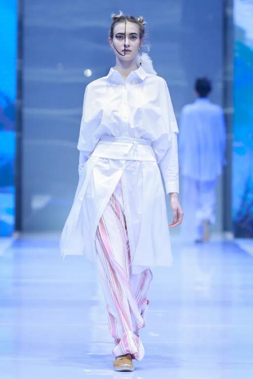 冻龄女神翁虹亮相日播·傅素琴中国国际时装周专场发布4.jpg