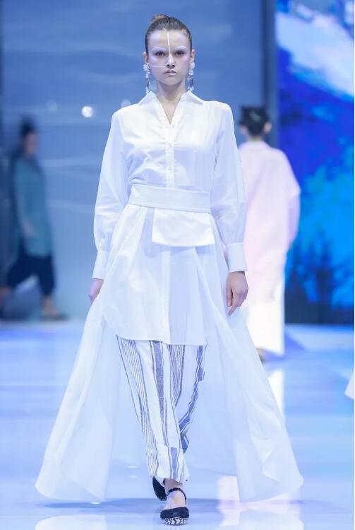 冻龄女神翁虹亮相日播·傅素琴中国国际时装周专场发布5.jpg