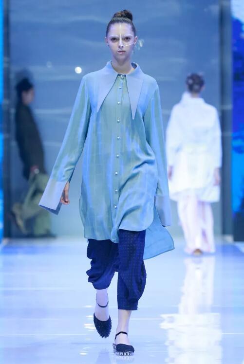 冻龄女神翁虹亮相日播·傅素琴中国国际时装周专场发布6.jpg