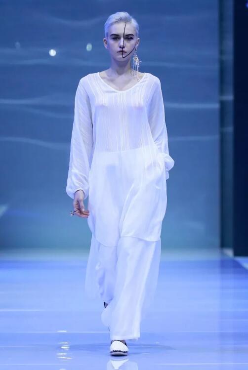 冻龄女神翁虹亮相日播·傅素琴中国国际时装周专场发布10.jpg