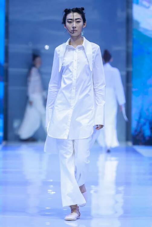 冻龄女神翁虹亮相日播·傅素琴中国国际时装周专场发布14.jpg