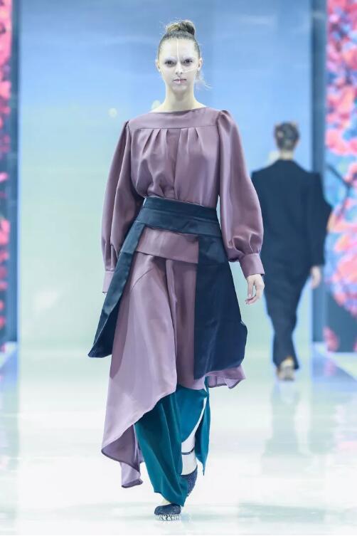 冻龄女神翁虹亮相日播·傅素琴中国国际时装周专场发布19.jpg