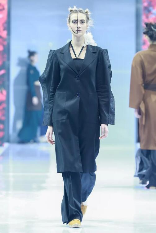 冻龄女神翁虹亮相日播·傅素琴中国国际时装周专场发布20.jpg