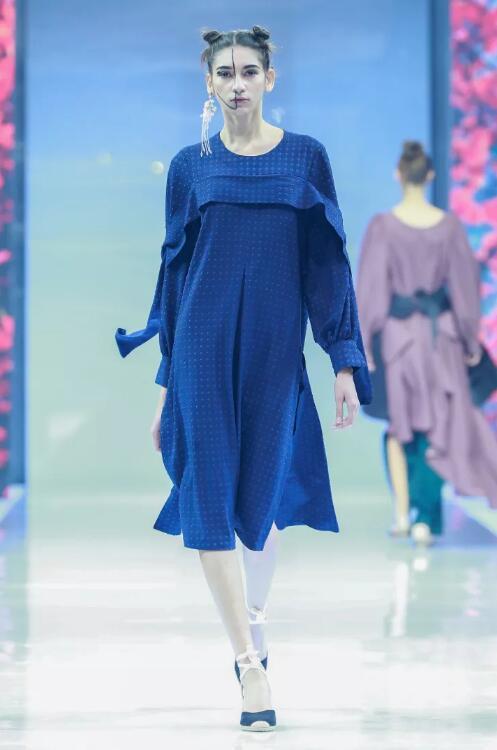 冻龄女神翁虹亮相日播·傅素琴中国国际时装周专场发布23.jpg