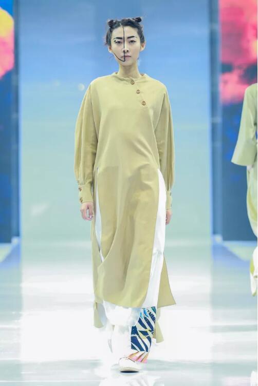 冻龄女神翁虹亮相日播·傅素琴中国国际时装周专场发布27.jpg