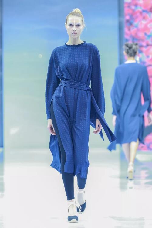 冻龄女神翁虹亮相日播·傅素琴中国国际时装周专场发布28.jpg
