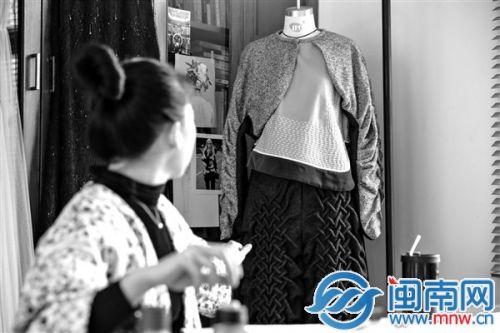 泉州80后姑娘将设计特色服装 陪大伙过别样元宵1.jpg
