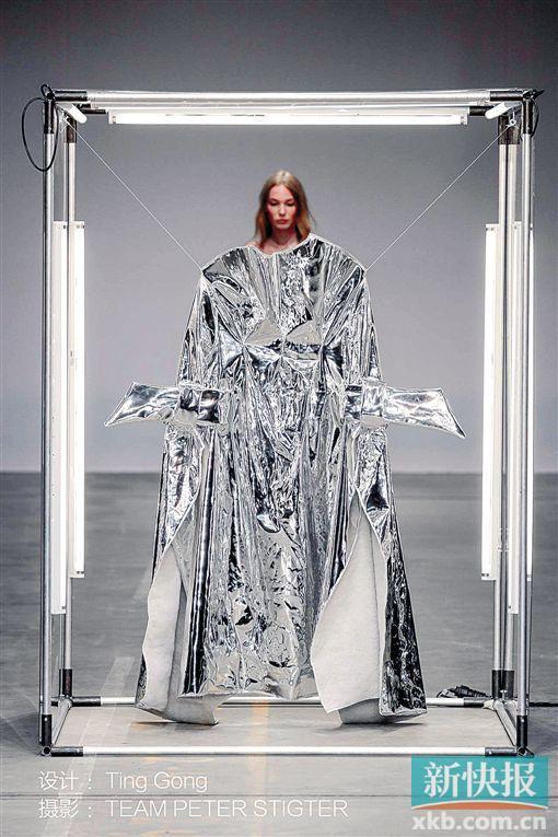 即日起到5月7日,由荷蘭駐廣州總領事館協辦的荷蘭新銳服裝設計師龔婷(Ting Gong)的服裝個展《That Disappears在消失》在ART23當代藝術館舉行,展覽主題為新媒體服裝藝術展。   荷蘭新銳服裝設計師龔婷在設計作品消失的基礎上,進行了兩年的獨立創作,利用科技和新材質作為面料,融入表演與3D投影,力圖展現服裝與人的多重關系。她的作品還曾在荷蘭國立博物館展出,同時參與阿姆斯特丹時裝周和荷蘭設計周。   (來源:金羊網-新快報)