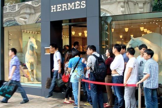 外媒:奢侈品在华溢价缩小 但仍比法国高32%0.jpg