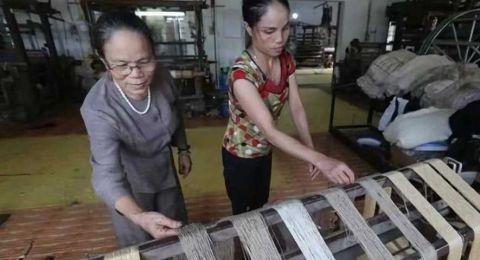 """越南人从荷花中抽""""丝绸"""",用来织成布料 竟比蚕丝更柔软!0.jpg"""