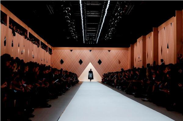 娜扎和金喜善同看Fendi2018秋冬系列时装秀1.jpg