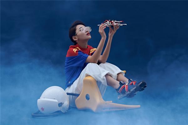 安踏漫威联名女生限定款上线 做自己的SHERO2.jpg