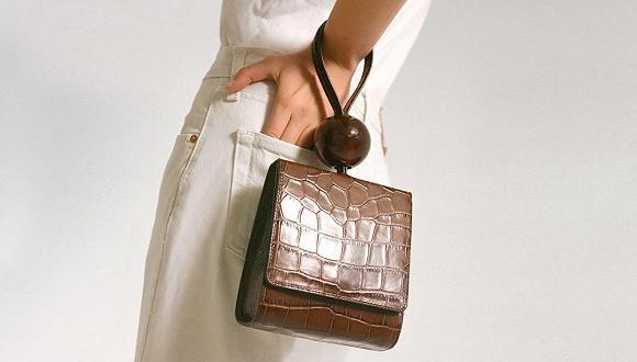 今夏迷你包怎么背才最時髦?當然是挽在手腕上0.jpg